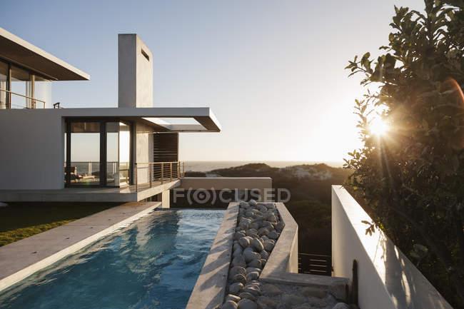 Сучасний будинок з видом на пляж на заході сонця — стокове фото