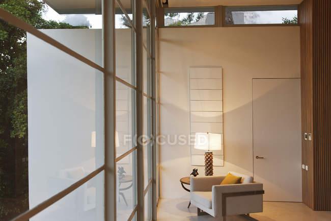 Кресло и лампа в современной гостиной — стоковое фото