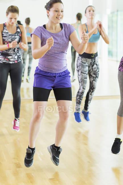 Aerobics class jumping at gym indoors — Stockfoto