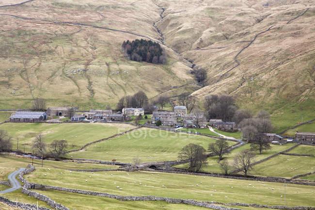 Vila rural vale durante o dia — Fotografia de Stock