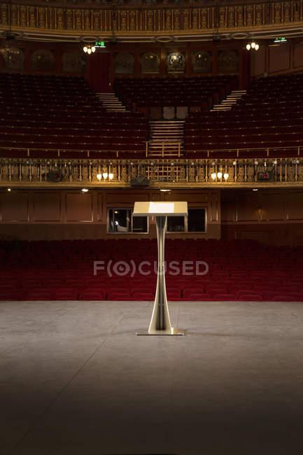 Подиум на сцене в пустой театр — стоковое фото