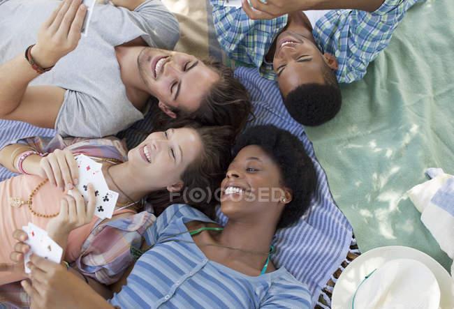Друзья играют в карты на открытом воздухе — стоковое фото