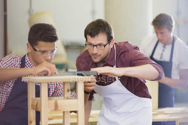 Основное внимание плотники измерения древесины в мастерской — стоковое фото
