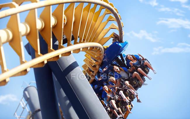 Personnes, parc d'attractions ride d'équitation — Photo de stock