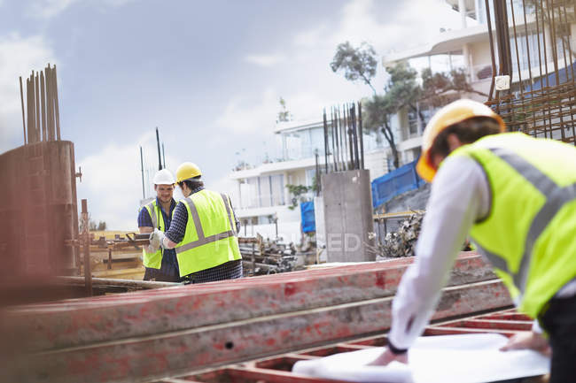 Инженер просматривает чертежи на строительной площадке — стоковое фото