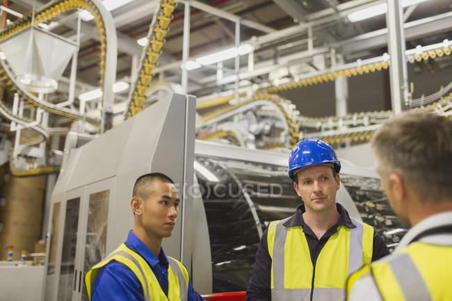 Trabajadores en la planta de impresión - foto de stock