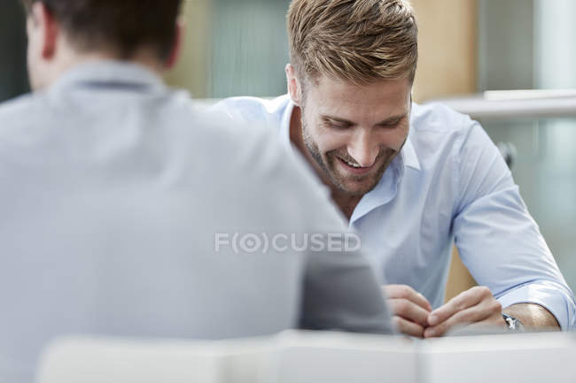 Lächelnder Geschäftsmann mit Blick nach unten — Stockfoto