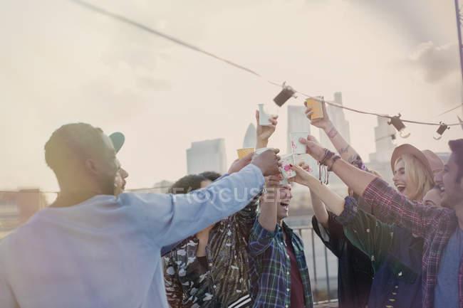Entusiástico jovens amigos adultos brindando coquetéis na festa no telhado — Fotografia de Stock