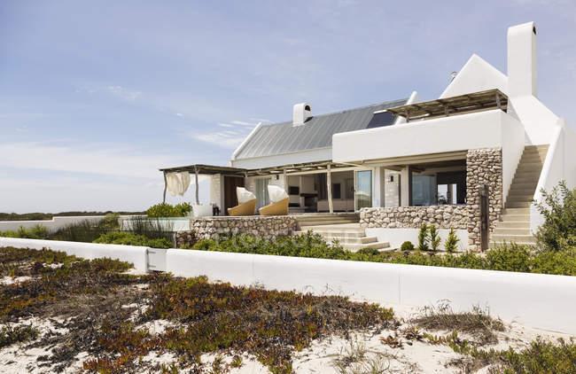 Современный дом на пляже в дневное время — стоковое фото