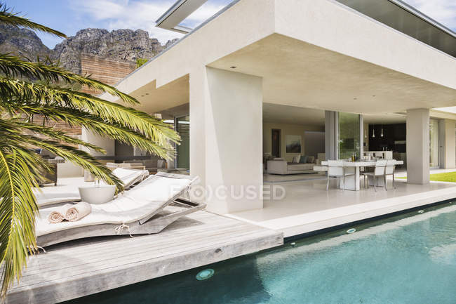 Swimming pool and patio of modern house — Stock Photo