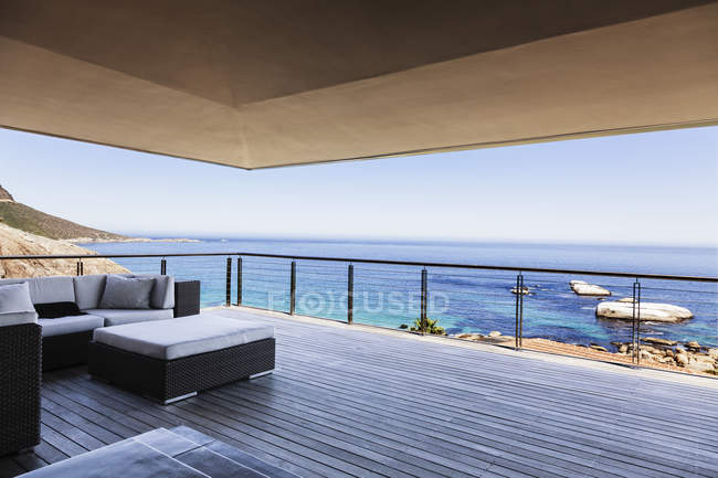Luxury balcony overlooking ocean — Stock Photo