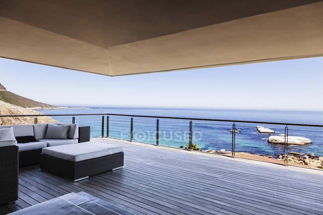 Luxus Balkon mit Blick auf Meer — Stockfoto