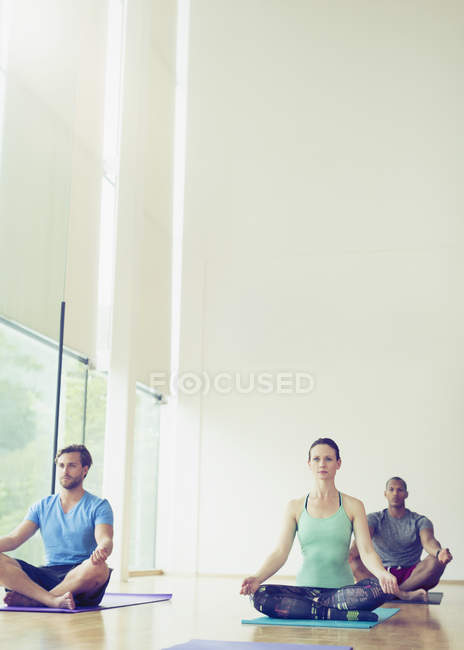 Yoga-Kurs im Lotussitz sitzen — Stockfoto