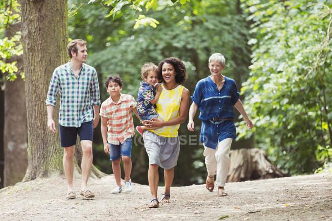 Мультипоколение семьи прогулки в лесу — стоковое фото