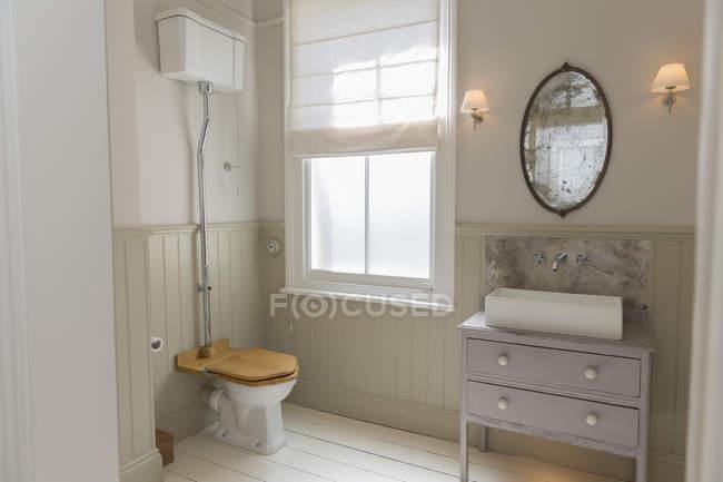 Vaso sanitário e pia no banheiro ornamentado — Fotografia de Stock