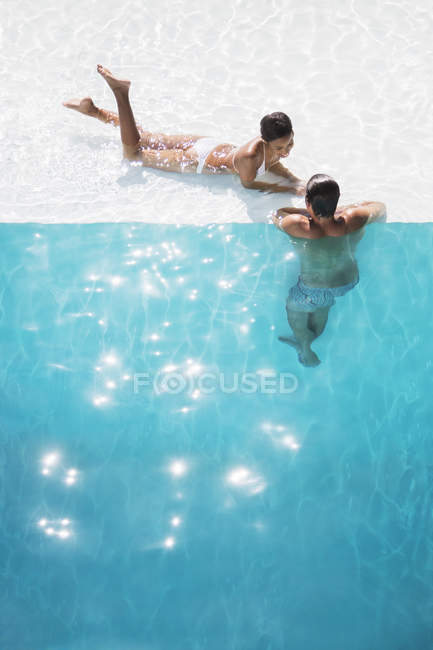 Young couple relaxing in swimming pool — Stock Photo