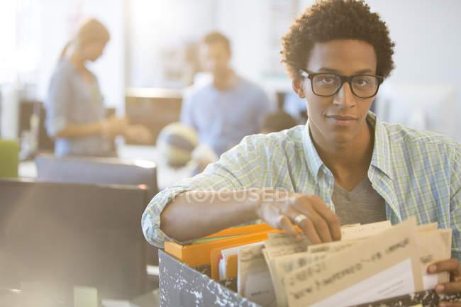 Бизнесмен, сортировки файлов в office — стоковое фото