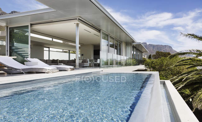 Piscina e patio della casa moderna — Foto stock