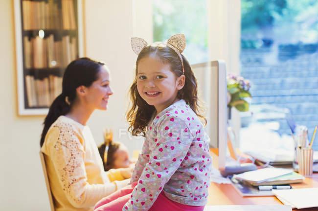 Retrato bonito menina com orelhas de rato headband — Fotografia de Stock