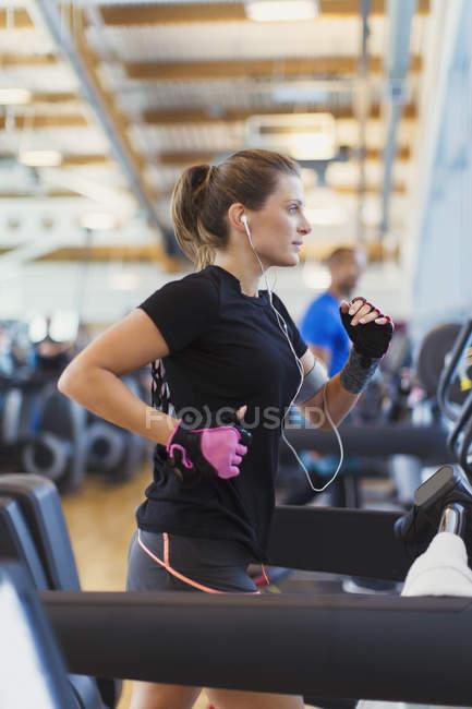 Fokussiert auf Laufband im Fitnessstudio Frau — Stockfoto