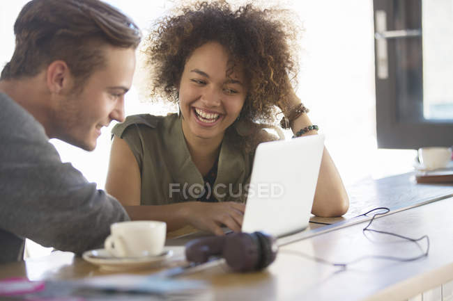 Couple sharing laptop in cafe — Stock Photo