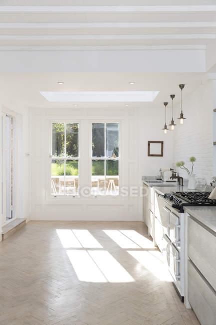 Ventana en la cocina moderna durante el día - foto de stock