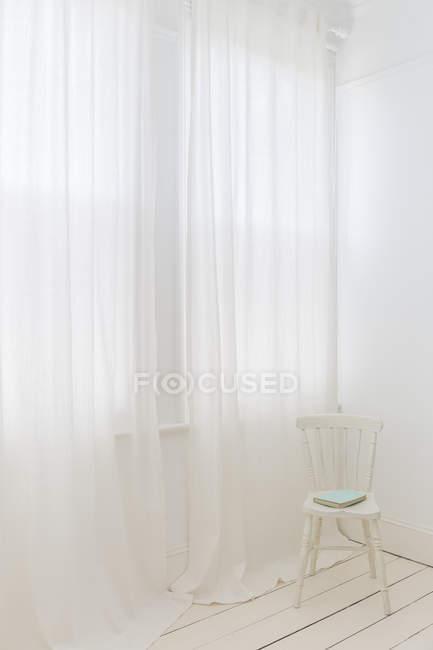 Cortinas en habitaciones - foto de stock