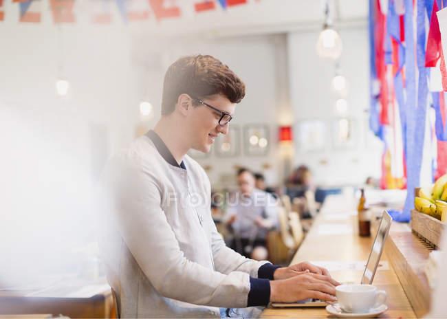 Mann mit Laptop im Café — Stockfoto