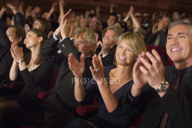 Восторженная аудитория, хлопая в театре роскоши — стоковое фото