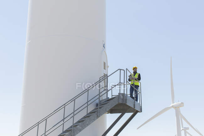 Worker standing on wind turbine — Stock Photo