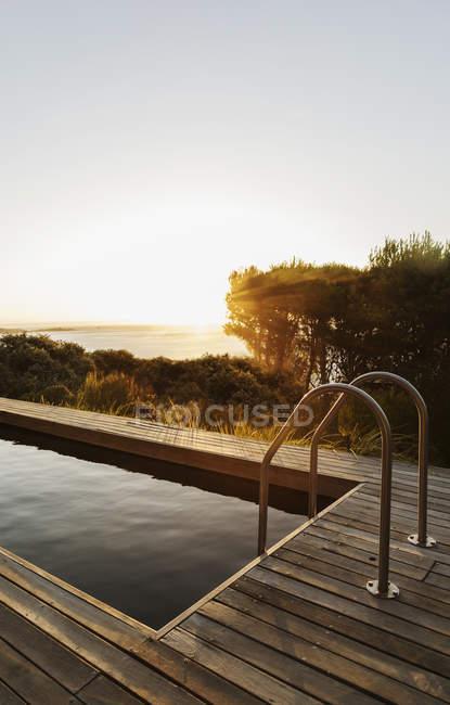 Закат на заднем плане бассейна — стоковое фото