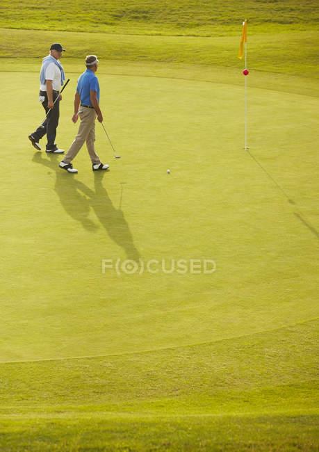 Senioren laufen auf Golfplatz — Stockfoto