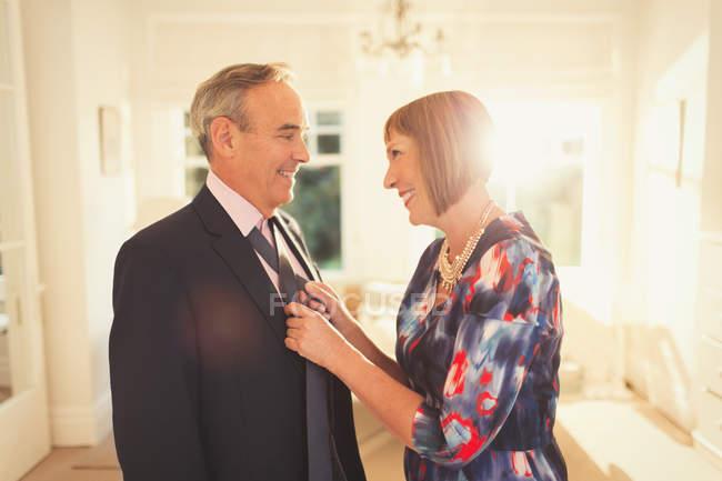 Lächelnde Frau binden Mann? s Krawatte — Stockfoto