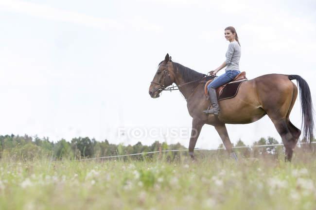 Верховая езда женщин в сельской местности — стоковое фото