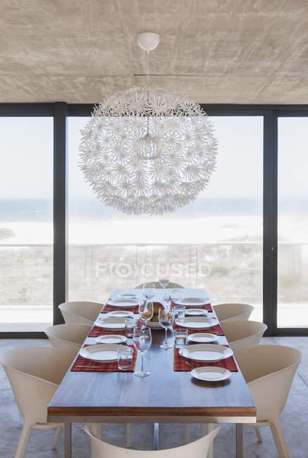 Conjunto de mesa na moderna sala de jantar com vista para o oceano — Fotografia de Stock