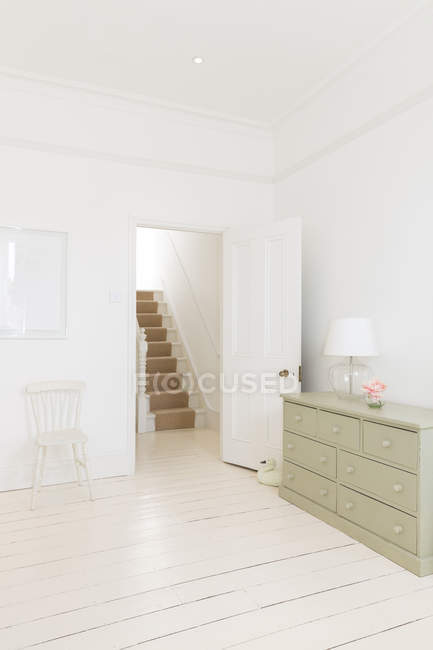 Porte de la chambre menant à l'escalier — Photo de stock