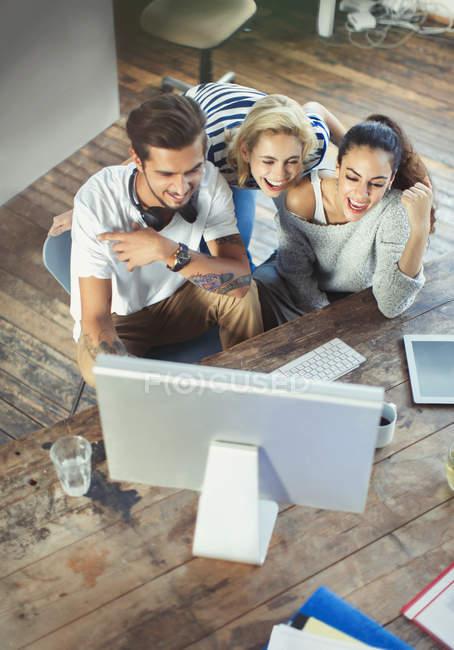 Junge Erwachsene Freunde, die mit computer — Stockfoto