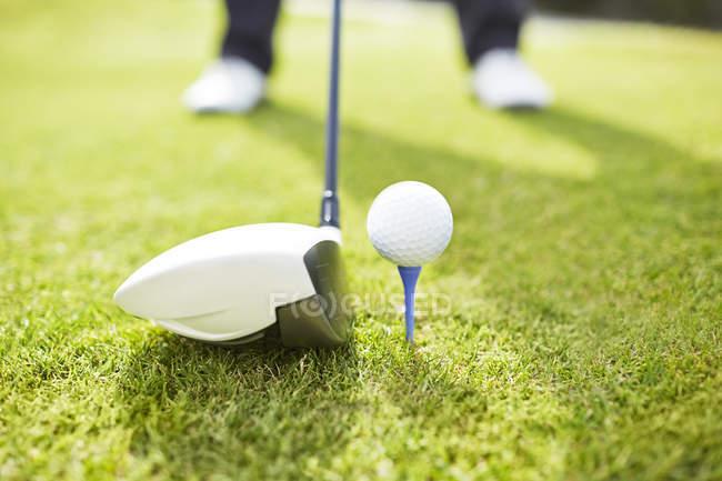 Geschnittenes Bild eines Mannes beim Golfspielen auf dem Platz — Stockfoto