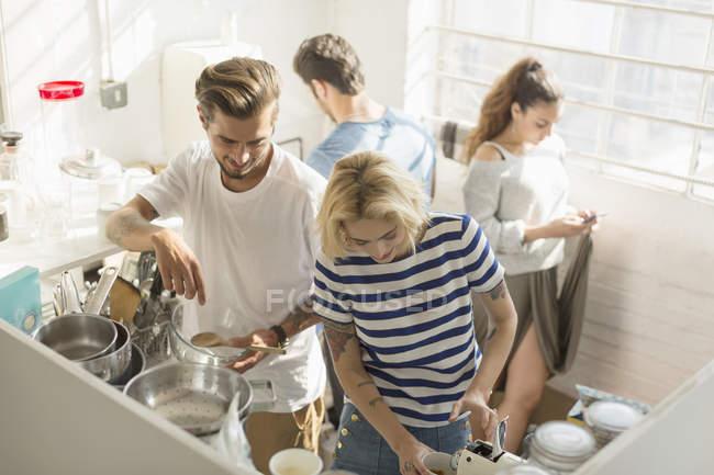 Compagni di stanza Collegio studente condivisione cucina di mattina — Foto stock
