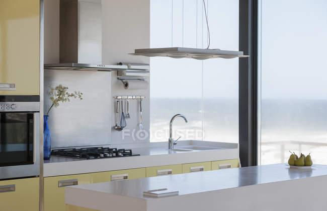 Красиві сучасної кухні з видом на океан — стокове фото