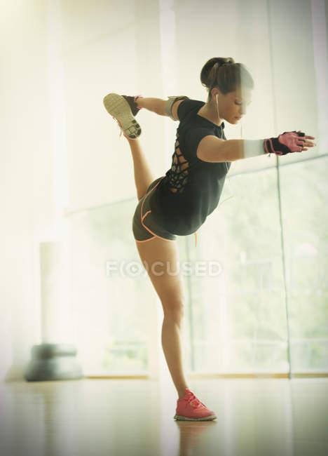 Жінка холдингу короля танцюрист поза в тренажерний зал-студія — стокове фото