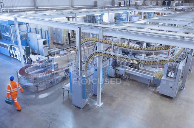 Высокий угол обзора конвейерных лент печатного станка в типографии — стоковое фото