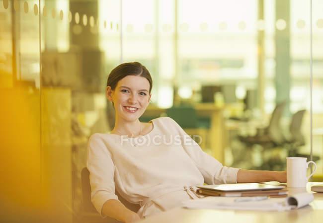 Безробітна жінка посміхається в офісі — стокове фото