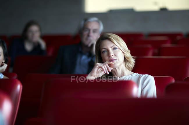 Femme d'affaires attentif à l'écoute en public de séminaire — Photo de stock