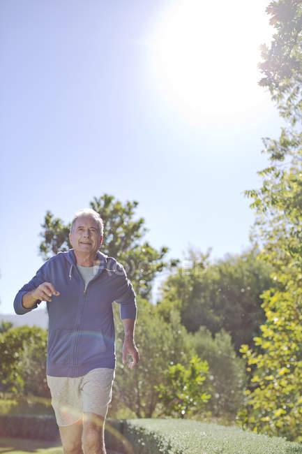 Uomo anziano che corre nel parco — Foto stock