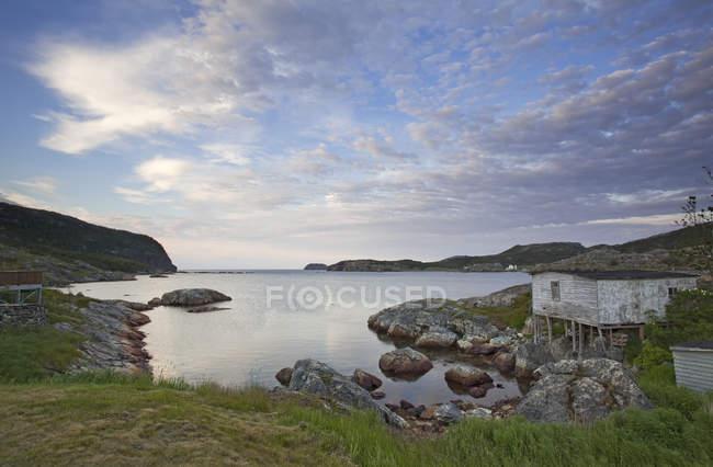 Скелі вздовж спокійній бухті — стокове фото