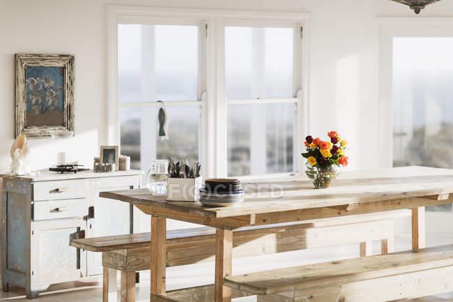 Мальовничим видом дерев'яний стіл у їдальні — стокове фото