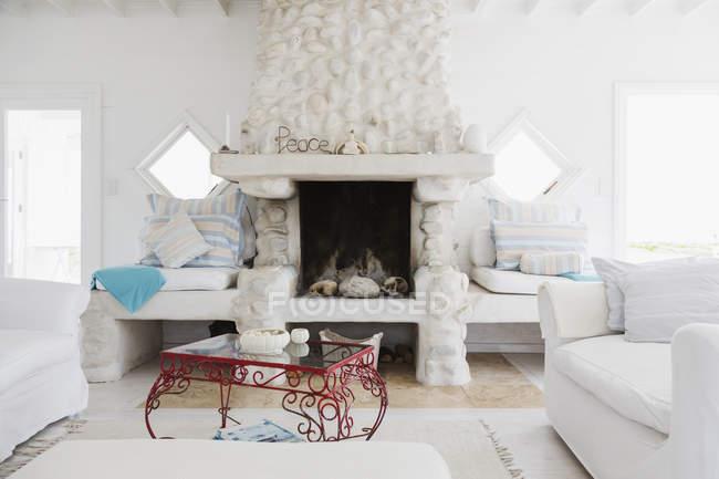 Decoraciones en la chimenea en el salón blanco - foto de stock