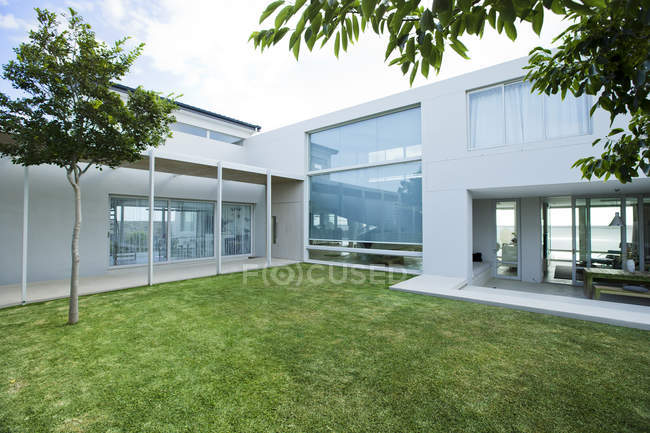 Pelouse devant la maison moderne — Photo de stock