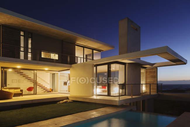 Сучасний будинок, освітлені вночі — стокове фото